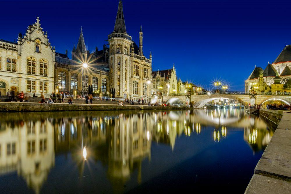 Pasear por los canales de Gante al atardecer y por la noche